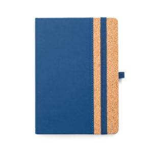CADERNO CAPA DURA – Cortiça e PU. 96 folhas pautadas cor marfim. Suporte para esferográfica e banda elástica.