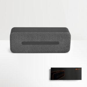 CAIXA DE SOM – Caixa em tecido texturado e ABS de design elegante e acabamentos pormenorizados.