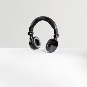 FONE DE OUVIDO WIRELESS – Fones confortáveis e elegantes em polipele, metal e ABS.