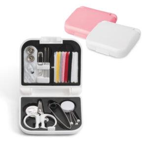 KIT COSTURA – Incluso linhas de cor, agulhas, botões, 1 tesoura, 1 enfia linhas, alfinetes.